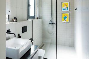 Svěží barvy vnášejí do koupelny dva zarámované tisky, jejichž autorem je ilustrátor Pau Sanz i Vila. I koupelna může přece být malou galerií. FOTO ROBERTO RUIZ, WWW.ROBERTORUIZ.EU