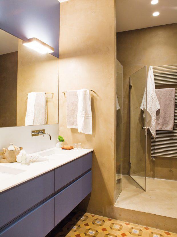 Koupelnu v minimalistickém duchu a jemných tónech opět doplňuje efektní dlažba. FOTO WESTWING HOME&LIVING
