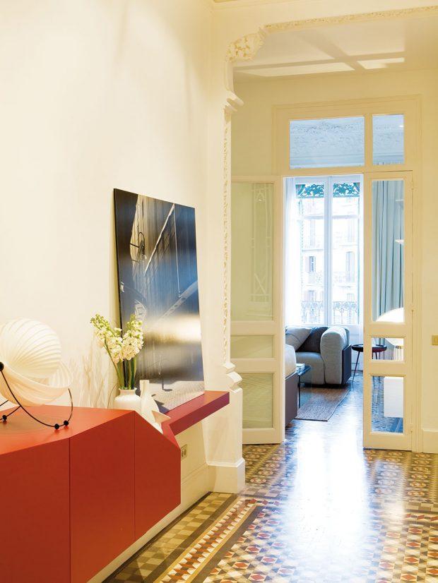 Chodba je důkazem toho, že se moderní nábytek hodí i do starobylých prostorů. FOTO WESTWING HOME&LIVING