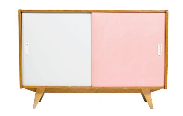Nebojte se růžové – tedy v přiměřeném množství. Dnešní tvář retro skříňky ze 60. let navrhl Jiří Jiroutek. Dřevěná konstrukce je po kompletní renovaci. FOTO NANOVO