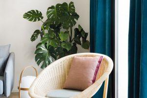 Exteriérový nábytek najde uplatnění i v interiéru. Trojice příručních stolků i křesílko v obývací části pocházejí od španělské značky Kettal. FOTO ROBERTO RUIZ, WWW.ROBERTORUIZ.EU