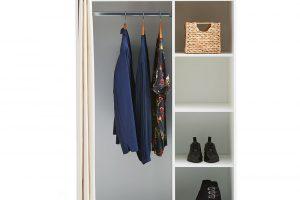 Do šatny, komory, ale i do jednoduše zařízené moderní ložnice. Šatní skříň Magleby s bílým závěsem má navíc i praktická kolečka, takže ji můžete kdykoli bezbolestně přemístit. FOTO JYSK