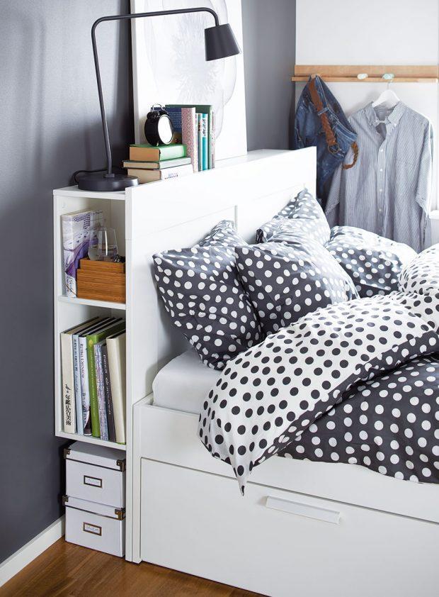 Čelo postele může být ideálním místem pro uložení knih a jiných drobností, které patří do ložnice. Zabudované police nahradí noční stolek, není-li pro něj u postele dostatek místa. Čtyři zabudované zásuvky poskytnou zase další úložný prostor pod postelí. Rám postele Brimnes, 140 × 200 cm, dřevo, dřevotříska, 5 490 Kč, prodává Ikea.