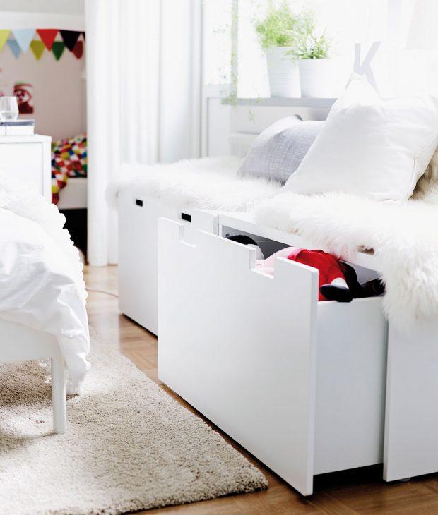 LAVICE S ÚLOŽNÝM PROSTOREM poskytne kromě romantického posezení u okna i možnost, kam uschovat sezonní oblečení, deky, peřiny či polštáře. Bílá lavice Stuva, 90 × 50 × 50 cm, 1 590 Kč, prodává Ikea.