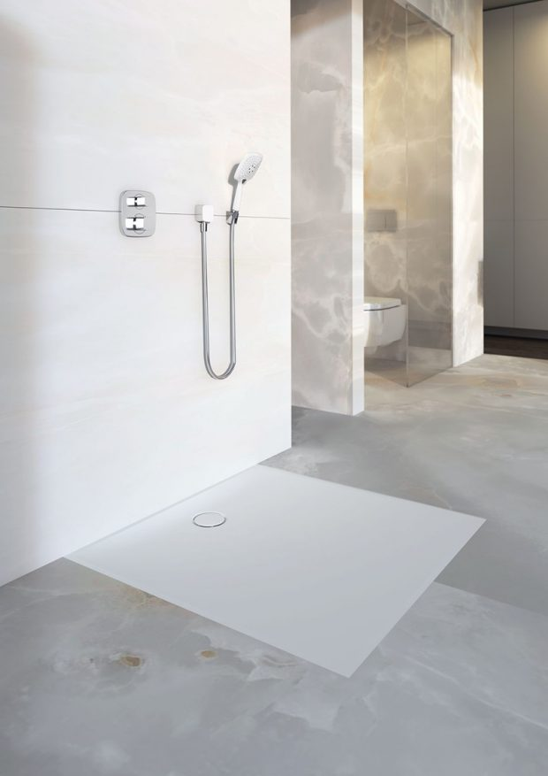 Novinka letošního roku – plochá sprchová vanička Geberit Setaplano, která je jemná a hebká na dotek.