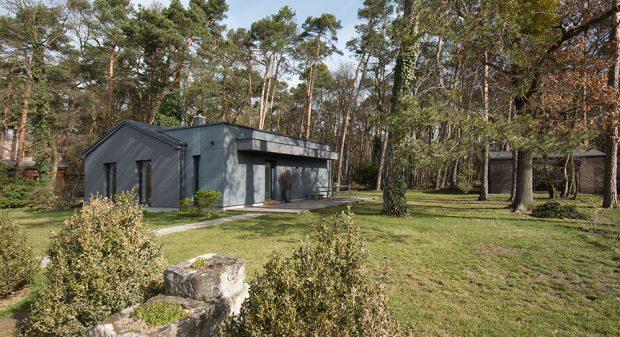 Rekonstrukce chaty z padesátých let: Proměna na minimalistický rodinný dům