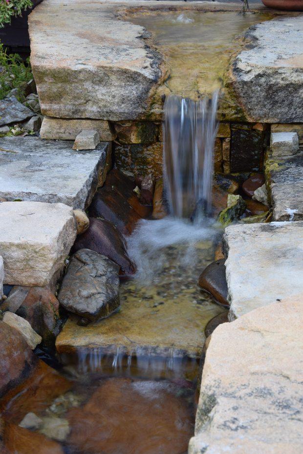 Voda v pohybu do zahrady vnáší příjemnou dynamiku. foto: Lucie Peukertová