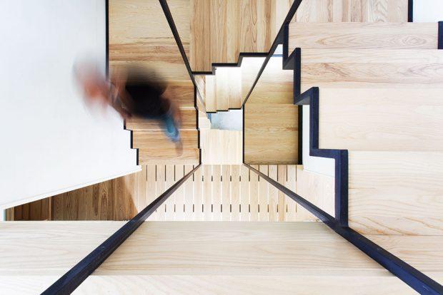 Nápaditě řešené ocelovo-dřevěné schodiště je vedené prostředkem domu avpatrech na něj navazují dřevěné lávky. Celá konstrukce může připomínat třeba ischodištní ažebříkový systém stromového domu kdesi vdžungli. Na rozdíl od napohled chatrných pralesních kontrukcí máte tady vColombière jistotu, že se pod vámi lávka neutrhne. FOTO FRANCIS PELLETIER