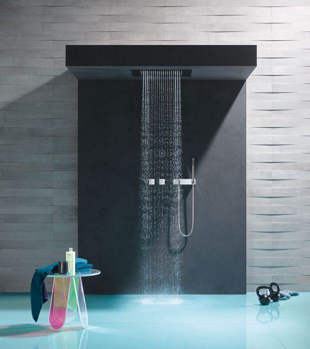 Proč si nedopřát rovnou dešťový požitek? Dešťové sprchy adešťové panely Dornbracht mají unikátní rozstřik, svýraznými kapkami vody. Kapky padají na kůži bez jakéhokoliv tlaku vody, bez přidání vzduchu, avytvářejí tak pocit jemného přírodního deště. FOTO DORNBRACHT