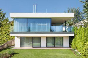 Jednoduchý a moderní dům na svahu, který naplno využíva krásných výhledů