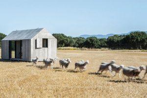"""Sérii malých """"přenosných domků"""" soznačením ÁPH 80 vyvinulo španělské architektonické studio ÁBATON. Jsou navrženy jako bydlení pro dvě osoby adají se snadno přemístit, takže mohou stát téměř kdekoliv. Foto Juan Baraja"""