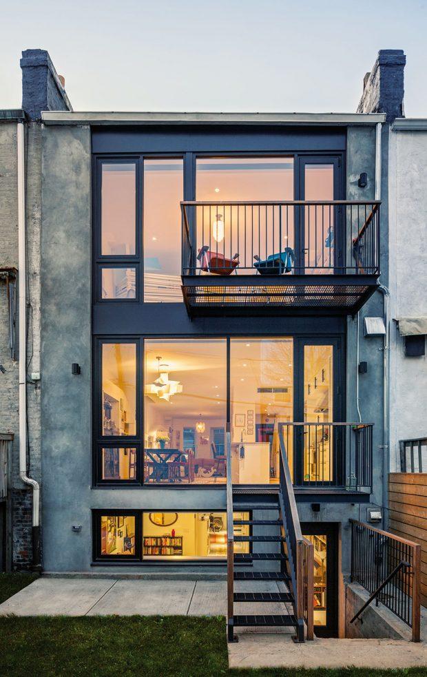 Vnejvyšším patře domu mají majitelé pracovnu, ložnici akoupelnu auprostřed se nachází největší obytný prostor sjídelnou, kuchyní, mediálním koutkem asalonkem. Odtud lze sestoupit ještě opatro níže do prádelny asklepa, ale část nejnižšího podlaží svlastním vchodem je oddělena pro hosty. FOTO FRANCIS DZIKOWSKI