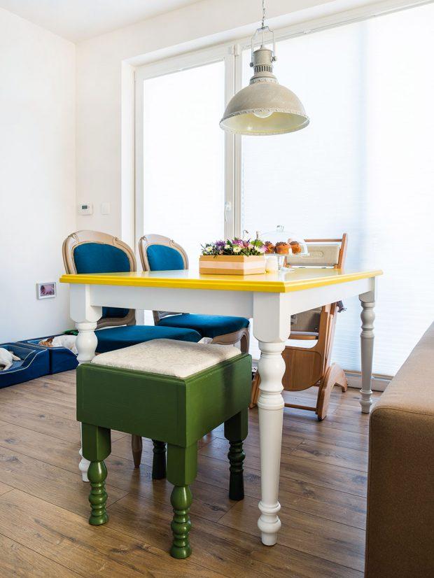 Zajímavě a za rozumnou cenu – to byla architektčina meta při zařizování vlastního bytu. Více věcí přesně podle tohoto kritéria, například jídelní židle, taburety a příruční stolek z kufru, našla na Sashe. FOTO JAKUB ČAPRNKA