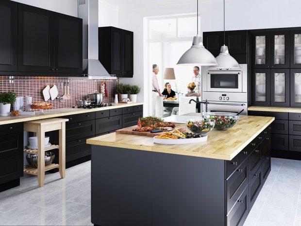 Kuchyňský ostrůvek nabízí spoustu dalšího prostoru na přípravu jídla. Kromě varné desky v něm může být zabudovaný také dřez. FOTO IKEA