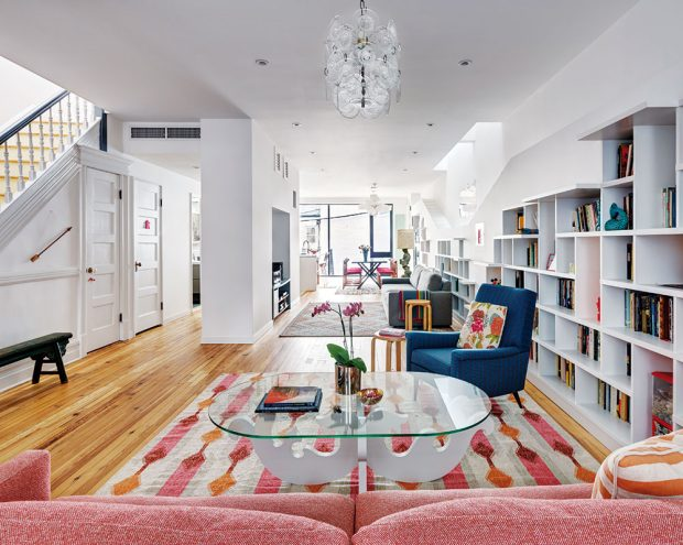 Prostřední patro nabízí velkorysý prostor. Stěna uprostřed světlé místnosti odděluje několik částí bytu ana levé straně vytváří chodbu. FOTO FRANCIS DZIKOWSKI