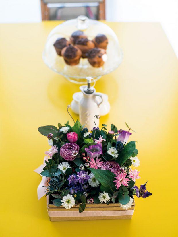 Zářivě žlutá deska jídelního stolu perfektně oživila denní prostor, jehož základ je laděn do tlumených pastelových tónů. FOTO JAKUB ČAPRNKA