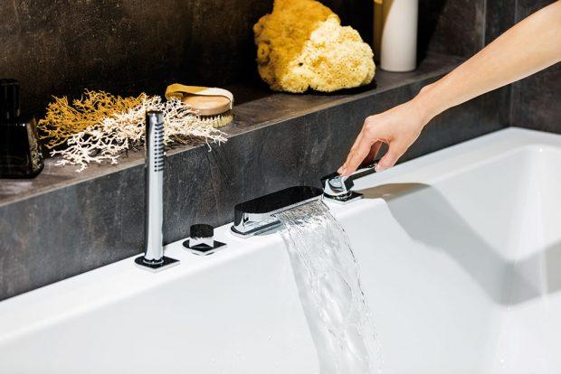 Vnabídce armatur RAVAK najdete ivanové baterie, jejichž vytvarovaný proud připomíná vodopád. Kromě napouštění vany ale zvládnou isprchování, protože jsou vybaveny přepínačem aruční sprchou shadicí. FOTO RAVAK