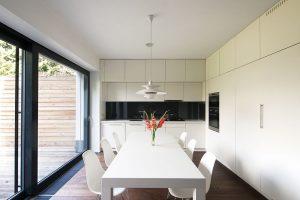Na míru vyrobený kuchyňský nábytek pokrývá dvě stěny od podlahy až ke stropu, čímž vznikla spousta úložného prostoru. FOTO FOTES, JIŘÍ VANĚK