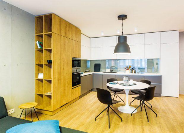 """Zařizování srozvahou. """"Obecně platí, že při zařizování hrají důležitou roli velkoplošné materiály, osvětlení azabudovaný nábytek, hlavně kuchyň. Zabudované části interiéru neměníte několik let, proto je třeba vybírat srozvahou, vkvalitním vyhotovení atak, aby příliš nepodléhaly módnosti,"""" doporučuje architektka ze studia K.F.A. FOTO MIRO POCHYBA"""