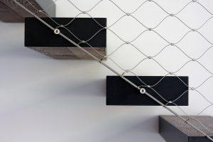 Efekt vznášejících se schodů vytváří speciální zámečnická konstrukce, instalovaná ve zdi, na kterou jsou třívrstvé nášlapné plochy zavěšeny. FOTO FOTES, JIŘÍ VANĚK