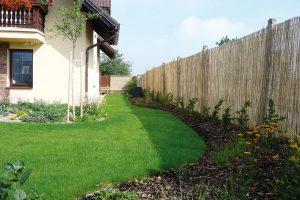 Zahradu odcloní také bambusová rohož, dokud nedoroste živý plot zhlohyně šarlatové. FOTO LUCIE PEUKERTOVÁ