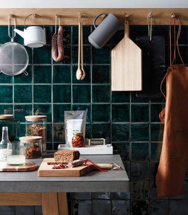 Chcete-li mít své kuchyňské pomůcky neustále na očích, ideální volbou je dřevěný věšáček, na který si je všechny zavěsíte.