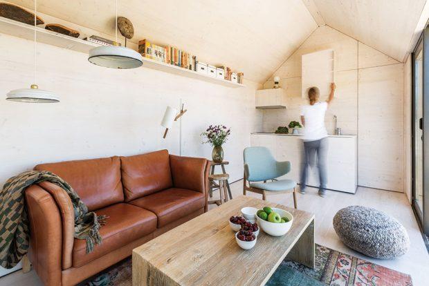 Jednoduchý, pohodlný, ekologický. Celý dům byl navržen avyroben ve Španělsku. Konstrukce, jakož ivhodné proporce, které optimálně vyhovují přepravě ibydlení, jsou výsledkem důkladných studií týmu architektů. Jejich cílem bylo, aby itento rozlohou nevelký apřenosný objekt poskytoval plnohodnotný prostor pro bydlení apocit domova. Foto Juan Baraja