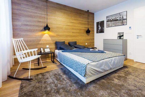 """Šikovný nápad. Stěna za hlavou postele by měla být vložnici dominantní – můžete ji zvýraznit obrazy nebo tapetou, působivým řešením je """"vytažení"""" podlahy až na stěnu. Místnost se tím zároveň zútulní iopticky zvětší. FOTO MIRO POCHYBA"""