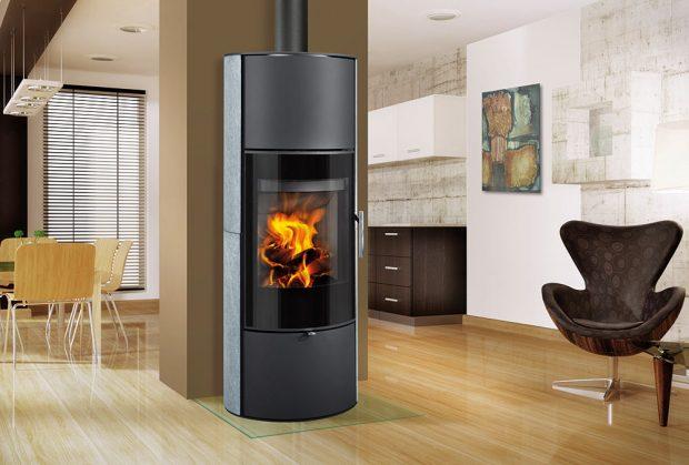Akumulační krbová kamna Romotop LAREDO 02 AKUM jsou vhodná do nízkoenergetických domů. Mají elegantní štíhlý vysoký tvar, přípravu pro externí přívod vzduchu adíky akumulačním prvkům nad topeništěm schopnost dlouhodobě sálat teplo. FOTO ROMOTOP