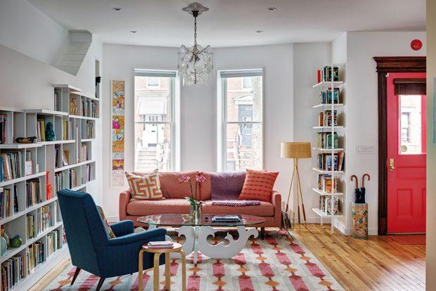 Vstupní prostor plynule navazuje na literární salonek, kde se můžou majitelé ihned po příchodu uvelebit vpohodlných křeslech aponořit se do napínavého čtení. FOTO FRANCIS DZIKOWSKI