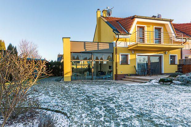 Vnější vzhled zimní zahrady je navržen tak, aby co nejlépe ladil s architekturou původního domu. Stavba vznikla ve spolupráci s architektonicko-stavební společností Moreti a firmou Almon, která dodávala sklo-hliníkové konstrukce. FOTO MIRO POCHYBA