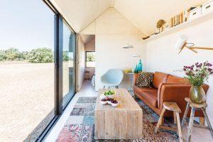 Kdojmu větší prostornosti přispívá isedlová střecha, která zvyšuje vnitřní prostor na 3,5 m. Foto Juan Baraja
