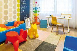 Vdětském pokoji dominují veselé barvy aodolné plasty – hravý styl, jenž osloví většinu malých dětí irodičů. Kaktuálním interiérovým trendům patří itapety atabulová barva, které jsou pro využití vdětském pokoji jako stvořené. FOTO MIRO POCHYBA