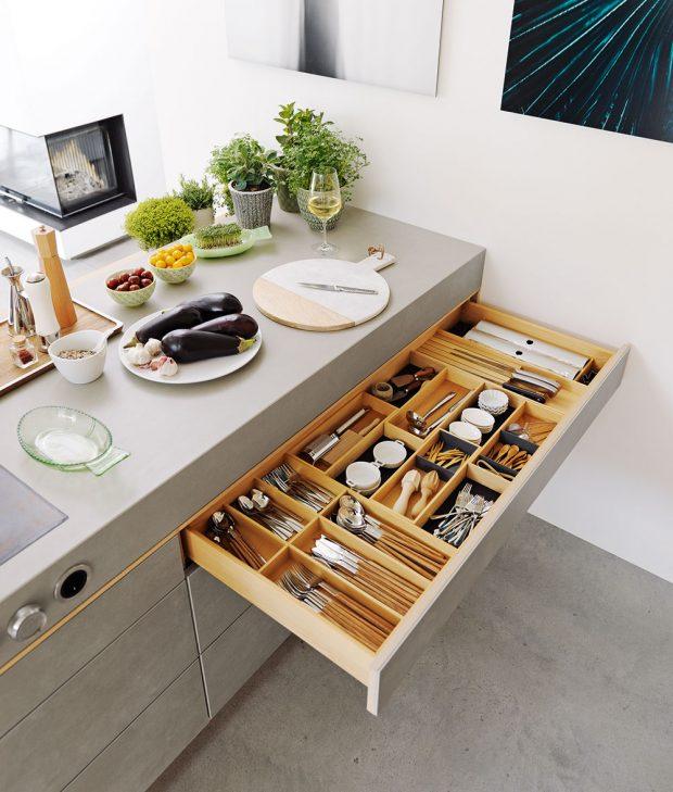 Přehledně rozdělený šuplík má ve svém sortimentu například rakouský výrobce kuchyní Team 7.