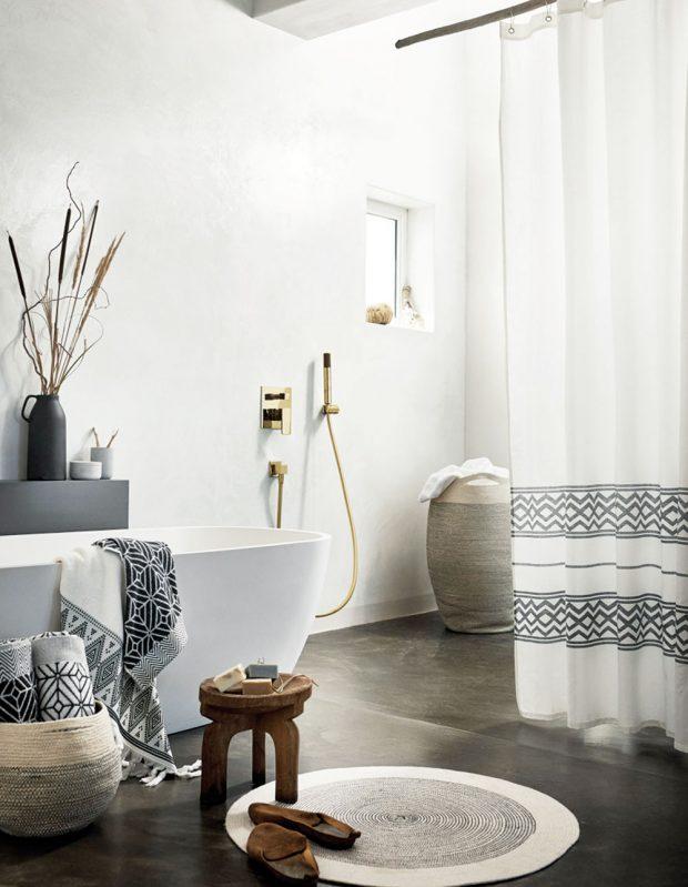 Žakárově tkaný ručník, bílá/tmavomodrá, 50 x 70 cm, 119 Kč, prodává H&M.