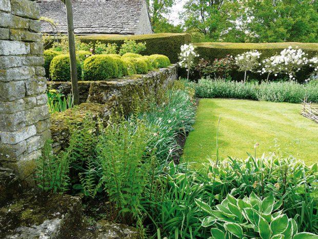 Zahradu je vždy dobré rozčlenit do více kompozičních celků. FOTO LUCIE PEUKERTOVÁ