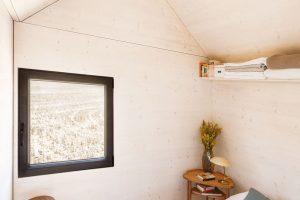 Přírodní dřevěné stěny vložnici vnášejí do interiéru atmosféru klidu arovnováhy. Foto Juan Baraja