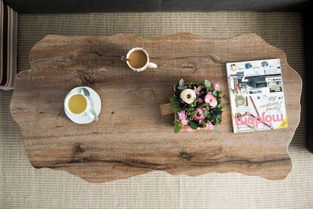 Téměř k nerozeznání od dřeva, ale z lacinějšího lamina, vyrobil stolovou desku Adriánin známý truhlář. FOTO JAKUB ČAPRNKA