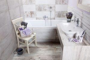 Koupelna ve stylu Provence je plná přírodních materiálů asvětlých tónů. FOTO SIKO KOUPELNY&KUCHYNĚ