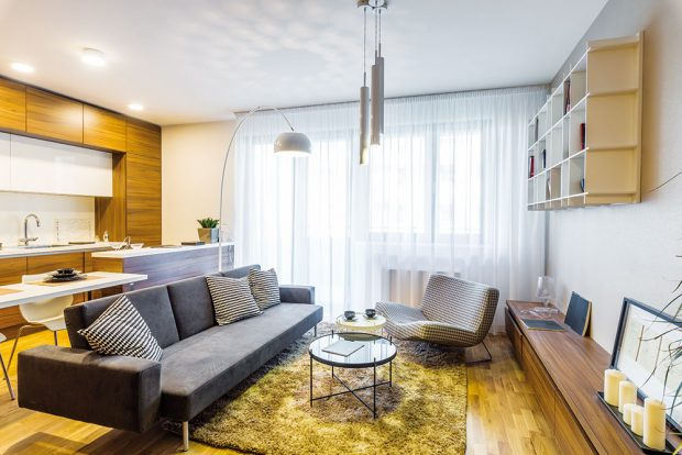 """""""Kuchyň se vdnešních bytech stává součástí prostoru obývacího pokoje, takže ho determinuje jak rozměrově, tak iesteticky,"""" připomíná architektka. Pro prostorové vymezení dvou odlišných funkčních zón – kuchyně aobývacího pokoje – využili autoři kuchyňský ostrov, na který navazuje jídelní stůl. FOTO MIRO POCHYBA"""