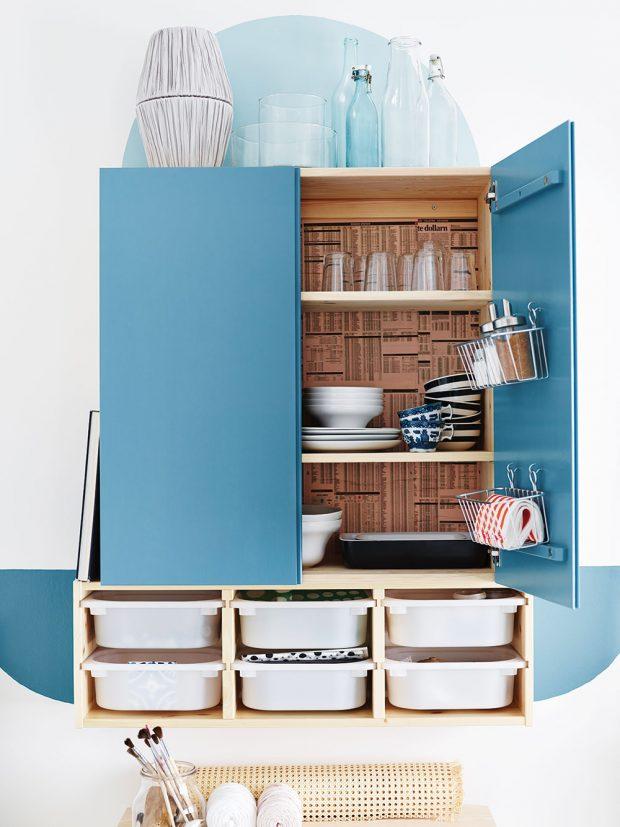 Úložné boxy, krabice a košíky nemusí být vždycky schované uvnitř skříňky. Dozdobte s nimi kuchyň. IKEA