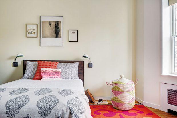 Skromnou ložnici rozsvěcuje několik barevnějších doplňků. Bez pochyby nejzajímavějším detailem jsou ale kočičí stropní dveře vpodlaze. FOTO FRANCIS DZIKOWSKI