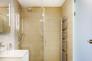 Barevné řešení koupelen je rovněž střídmé amoderní. Součástí řešení je ipraktický shoz na prádlo. FOTO JAROSLAV HEJZLAR