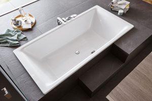 I zabudovaná vana může být luxusní a designově čistá. Tak jako vana Ambiente. FOTO PERFECTO DESIGN