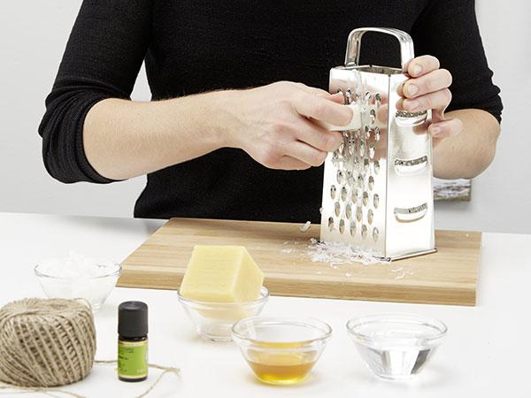2. STROUHÁNÍ Jako první na struhadle nastrouháme mýdlo a včelí vosk. Je s tím trochu víc práce, ale nastrouhané piliny se nám budou rychleji tavit a zpracovávat. foto: Möbelix