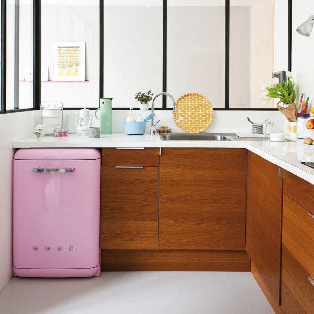 Plné skříňky ve spodní části vyváží horní poličky nebo otevřené úložné prostory. Živost ahravost kuchyni vdechne barevná chladnička či pračka smenším rozměrem. FOTO SMEG