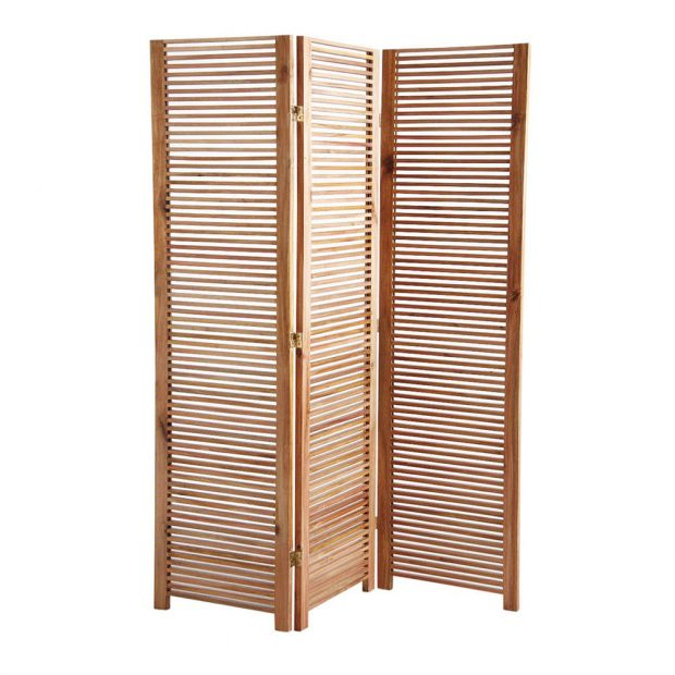 Když si dřevěný paraván umístíte do koupelny, výborně tím vyřešíte problém se soukromím. FOTO WESTWING