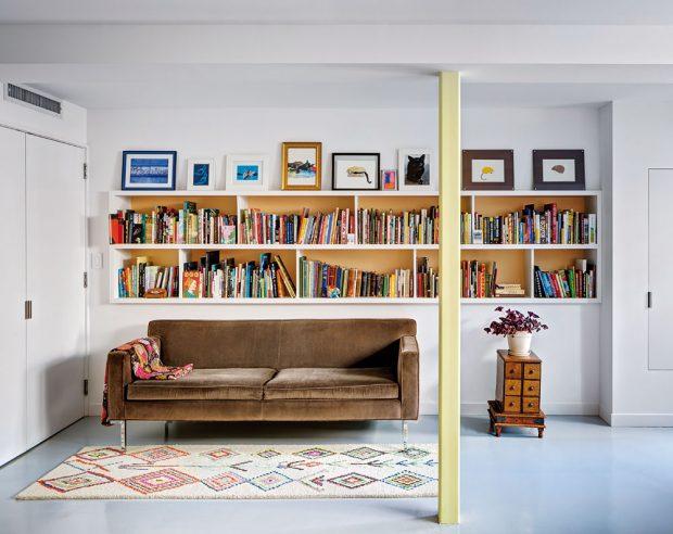Sbírka knih se stává kompletní až vnejnižším poschodí. Ve dvou pokojích je mají kdispozici ipřípadní občasní hosté. FOTO FRANCIS DZIKOWSKI