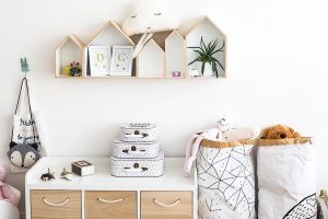 Dětský pokoj není zahlcen množstvím nábytku, aby měla děvčata prostor pro všechny své hry. FOTO Nora aJakub Čaprnka