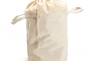 Uzavíratelný košík snastavitelnou látkou pojme ivětší množství prádla. FOTO ZARA